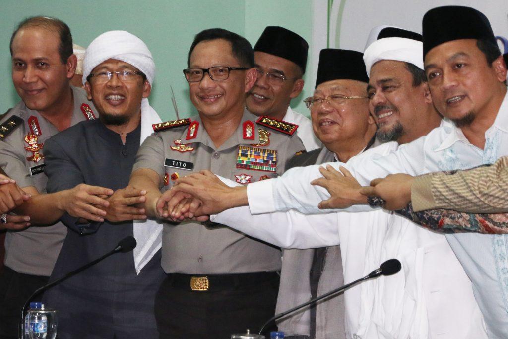 Kapolri Jenderal Pol Tito Karnavian (ketiga kiri) bersama  Ketua Majelis Ulama Indonesia (MUI) Ma'ruf Amin (ketiga kanan), Kadivhumas Polri Irjen Pol Boy Rafli Amar (kiri), Ketua FPI Habib Rizieq Syihab (kedua kanan), Ketua Gerakan Nasional Pengawal Fatwa (GNPF) MUI Bachtiar Nasir (kanan), dan Ulama Abdullah Gymnastiar (kedua kiri) berjabat tangan usai memberikan konferensi pers jelang aksi bela Islam jilid III di Gedung MUI, Jakarta, Senin (28/11). Dalam keterangan pers tersebut disebutkan aksi pada tanggal 2 Desember (212) hanya akan difokuskan di kawasan Monumen Nasional (Monas) dan tidak diperbolehkan di kawasan Jalan Jenderal Sudirman dan Thamrin. ANTARA FOTO/Rivan Awal Lingga/foc/16.