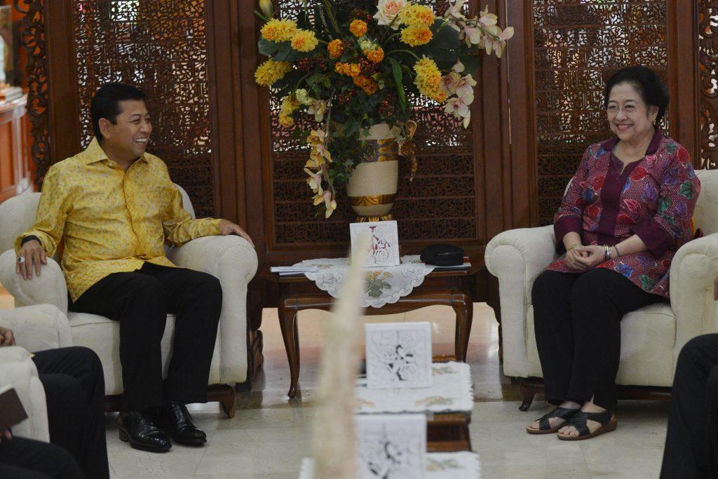 Ketua Umum PDI-Perjuangan Megawati Soekarnoputri (kanan) berbincang dengan Ketua Umum Partai Golkar Setya Novanto (kiri) saat menggelar pertemuan di Jakarta, Minggu (20/11). Pertemuan itu membahas dinamika politik nasional serta dukungan kedua partai terhadap Calon Gubernur DKI Jakarta Basuki Tjahaja Purnama. ANTARA FOTO/Akbar Nugroho Gumay/kye/16