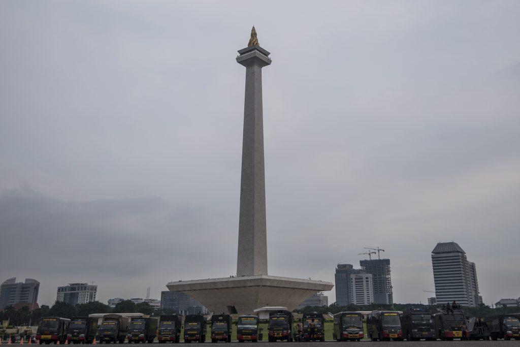 Sejumlah kendaraan Brimob terparkir di kawasan Monas, Jakarta, Kamis (3/11). Ribuan aparat gabungan TNI dan Polri diterjunkan untuk mengamankan aksi demonstrasi pada 4 November 2016 terkait dugaan penistaan agama yang dilakukan Basuki Tjahaja Purnama atau Ahok. ANTARA FOTO/Sigid Kurniawan/ama/16.