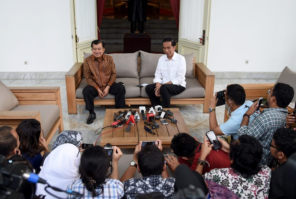 Presiden Joko Widodo (atas kanan) didampingi Wakil Presiden Jusuf Kalla (atas kiri) menyampaikan pernyataan terkait rencana aksi unjuk rasa 4 November di Istana Merdeka, Jakarta, Kamis (3/11). Presiden dan Wapres menyerukan kepada warga Jakarta untuk beraktivitas normal dan tidak khawatir terkait rencana unjuk rasa 4 November. ANTARA FOTO/Setpres-Rusman/ama/16