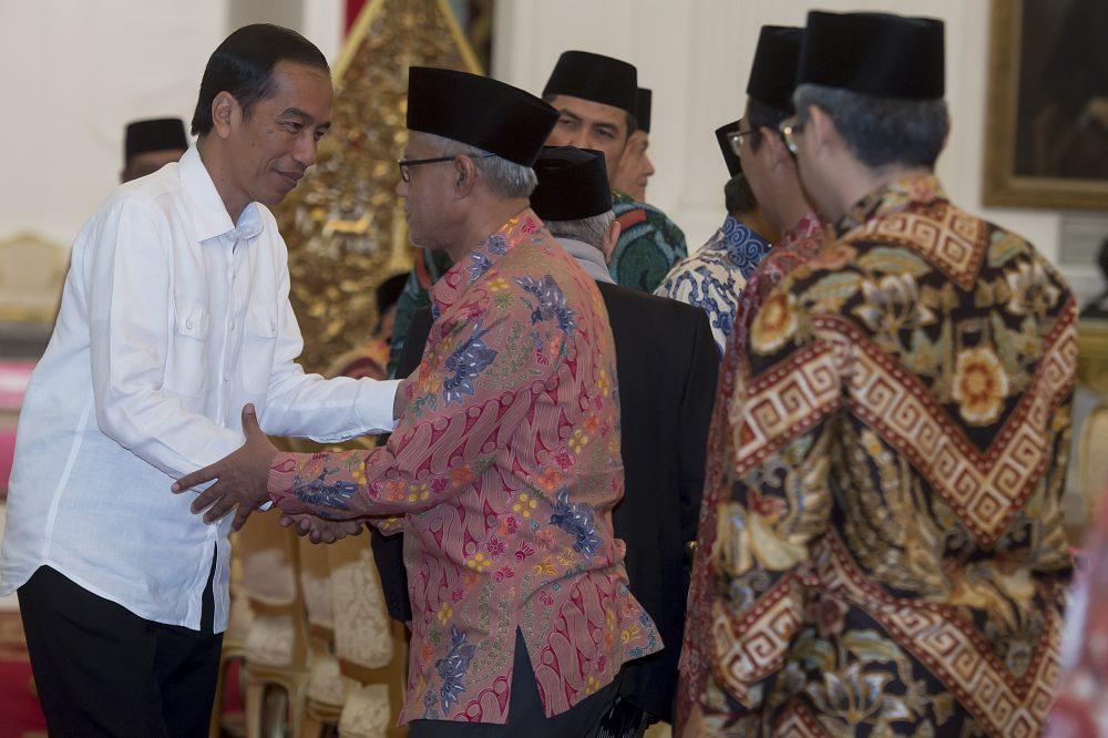 Presiden Joko Widodo (kiri) berjabat tangan dengan Ketua Umum PP Muhammadiyah Haedar Nashir (kedua kiri) dan sejumlah undangan lainnya sebelum melakukan pertemuan di Istana Merdeka, Jakarta, Selasa (1/11). Dalam pertemuan yang dihadiri juga oleh Ketua Umum PBNU KH. Said Aqil Siraj dan Ketua Umum Majelis Ulama Indonesia (MUI) KH. Ma'ruf Amin tersebut, Presiden Joko Widodo menegaskan tidak akan mengintervensi kepolisian dalam penanganan kasus dugaan penistaan agama dengan terlapor Gubernur DKI Jakarta Basuki Tjahaja Purnama (Ahok). ANTARA FOTO/Widodo S. Jusuf/pd/16.