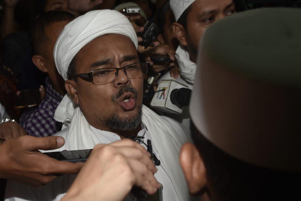 Imam Besar Front Pembela Islam (FPI) Rizieq Shihab memenuhi panggilan Bareskrim Polri di Jakarta, Kamis (3/11). Rizieq Shihab diperiksa sebagai saksi ahli agama dari pihak pelapor yaitu FPI DKI Jakarta terkait kasus dugaan penistaan agama yang dilakukan oleh Basuki Tjahaja Purnama. ANTARA FOTO/Puspa Perwitasari/foc/16.