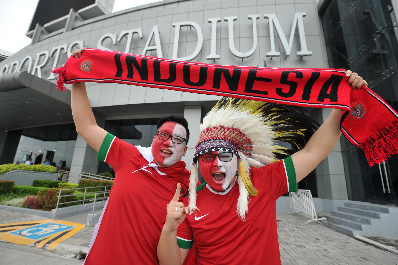 Dua suporter Indonesia menggambar wajah mereka dengan bendera merah putih ketika menyaksikan pertandingan Timnas Indonesia melawan Thailand pada laga perdana putaran final Grup A AFF 2016 di Philippinne Sport Stadium, Boceue, Filipina, Sabtu (19/11). Ratusan suporter mendukung Timnas Indonesia untuk berlaga di kejuaraan AFF Suzuki Cup 2016. ANTARA FOTO/Wahyu Putro A/pd/16