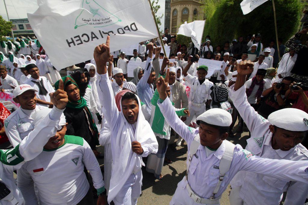 Ormas Front Pembela Islam (FPI) melakukan aksi unjuk rasa memprotes pernyataan Gubernur DKI Jakarta Basuki Tjahaja Purnama (Ahok) yang dinilai menyinggung umat muslim beberapa waktu lalu, di pusat Kota Lhokseumawe, Aceh, Jumat (14/10). [ANTARA/ Rahmad]