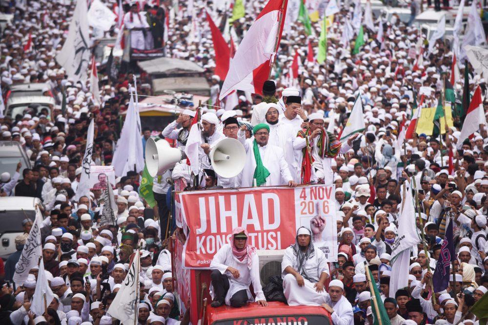 Ribuan massa yang tergabung dalam Gerakan Nasional Pengawal Fatwa MUI (GNPF MUI) melakukan unjuk rasa di Jakarta, Jumat (4/11). Dalam aksinya mereka menuntut dugaan penistaan agama oleh Gubernur DKI Jakarta Basuki Tjahaja Purnama atau Ahok diusut tuntas. ANTARA FOTO/Akbar Nugroho Gumay/foc/16.