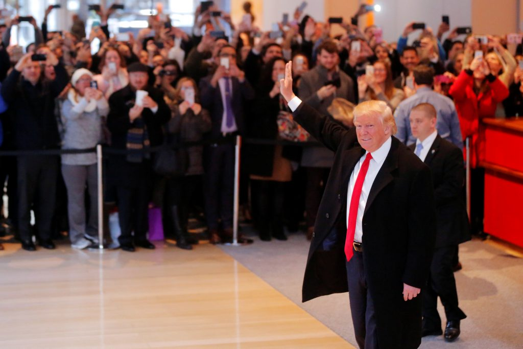 U.S. President elect Donald Trump reacts to a crowd gathered in the lobby of the New York Times building after a meeting in New York, U.S., November 22, 2016. REUTERS/Lucas Jackson TPX IMAGES OF THE DAY *** Local Caption *** Presiden Amerika Serikat terpilih Donald Trump melambaikan tangan pada kerumunan yang berkumpul di lobi gedung New York Times setelah sebuah pertemuan di New York, Amerika Serikat, Selasa (22/11). ANTARA FOTO/REUTERS/Lucas Jackson/cfo/16