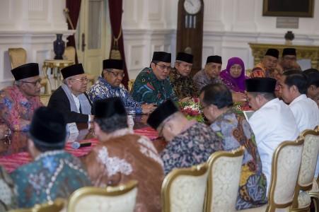Presiden Joko Widodo (kanan) melakukan pertemuan dengan Ketua Umum Majelis Ulama Indonesia (MUI) KH. Ma'ruf Amin (kedua kiri), Ketua Umum PBNU KH. Said Aqil Siraj (ketiga kiri), Ketua Umum PP Muhammadiyah Haedar Nashir (kiri) dan sejumlah undangan lainnya di Istana Merdeka, Jakarta, Selasa (1/11). Dalam pertemuan yang membahas sejumlah masalah tersebut, Presiden Joko Widodo menegaskan tidak akan mengintervensi kepolisian dalam penanganan kasus dugaan penistaan agama dengan terlapor Gubernur DKI Jakarta Basuki Tjahaja Purnama (Ahok). ANTARA FOTO/Widodo S. Jusuf/pd/16.