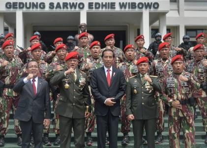 Presiden Joko Widodo (tengah) bersama Panglima TNI Jenderal TNI Gatot Nurmantyo (kedua kiri), KSAD Jenderal TNI Mulyono (kedua kanan), Danjen Kopassus Mayjen TNI Madsuni (kanan) serta Mensesneg Pratikno (kiri) berfoto bersama perwira Komando Pasukan Khusus (Kopassus) di Mako Cijantung, Jakarta, Kamis (10/11). Presiden menegaskan sebagai Panglima Tertinggi dengan melalui Panglima TNI, dirinya bisa menggerakkan Kopassus untuk keadaan darurat, serta memerintahkan kepada perwira dan prajurit Kopassus untuk menjaga keamanan NKRI serta perekat kemajemukan dan menjaga persatuan Indonesia. ANTARA FOTO/Yudhi Mahatma/pd/16