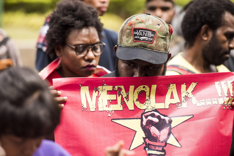 Aktivis yang tergabung dalam Front Rakyat Indonesia untuk West Papua dan Aliansi Mahasiswa Papua melakukan aksi unjuk rasa di depan gedung PBB di Jakarta, Senin (19/12). Dalam aksinya mereka menuntut Pemerintah lebih memperhatikan hidup warga Papua. ANTARA FOTO/M Agung Rajasa/ama/16