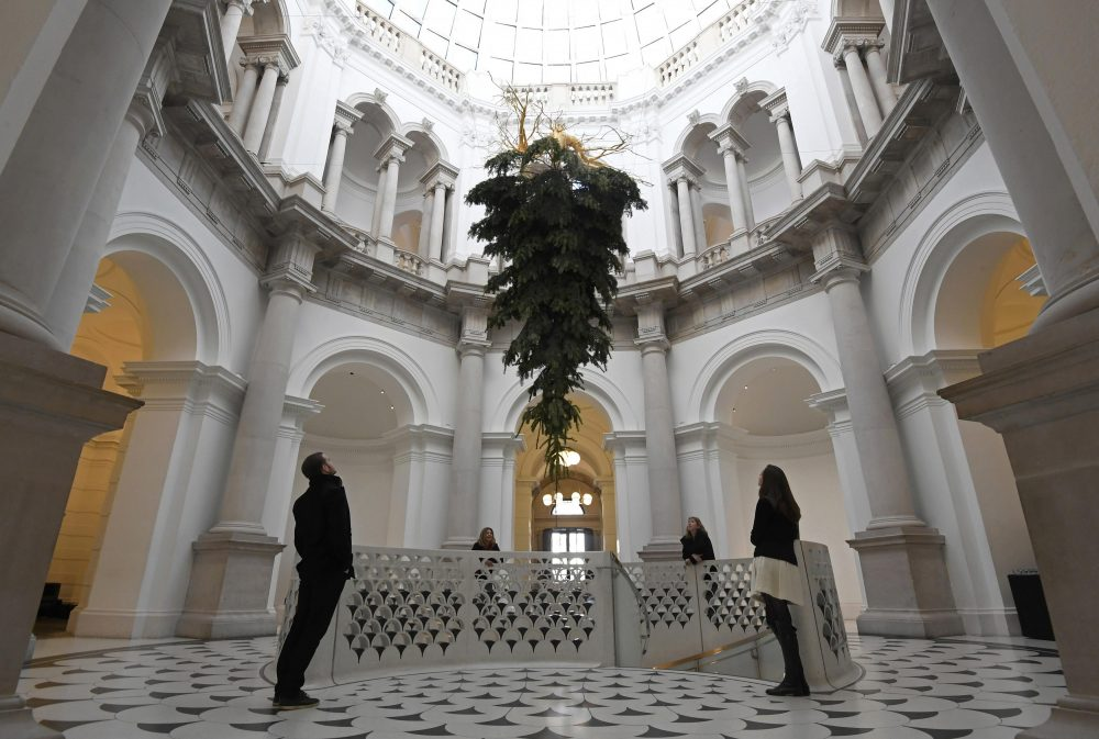 Employees and visitors view a Christmas tree, by Iranian born artist Shirazeh Houshiary as part of the Festive Commission at the entrance to the Tate Britain gallery in London Britain, December 1, 2016. REUTERS/Toby Melville *** Local Caption *** Pegawai dan pengunjung melihat pohon Natal yang dibuat oleh seniman kelahiran Iran Shirazeh Houshiaryy sebagai bagian dari Festive Commission di pintu masuk galeri Tate Britain di London, Inggris, Kamis (1/12). ANTARA FOTO/REUTERS/Toby Melville/cfo/16