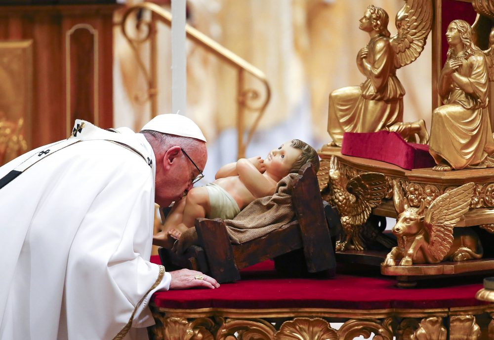 Pope Francis kisses a statue of baby Jesus as he leads the Christmas night Mass in Saint Peter's Basilica at the Vatican December 24, 2016. REUTERS/Tony Gentile TPX IMAGES OF THE DAY *** Local Caption *** Paus Francis mencium patung bayi Yesus saat memimpin Misa malam Natal di Basilika Santo Peter di Vatikan, Sabtu (24/12). ANTARA FOTO/REUTERS/Tony Gentile/djo/16