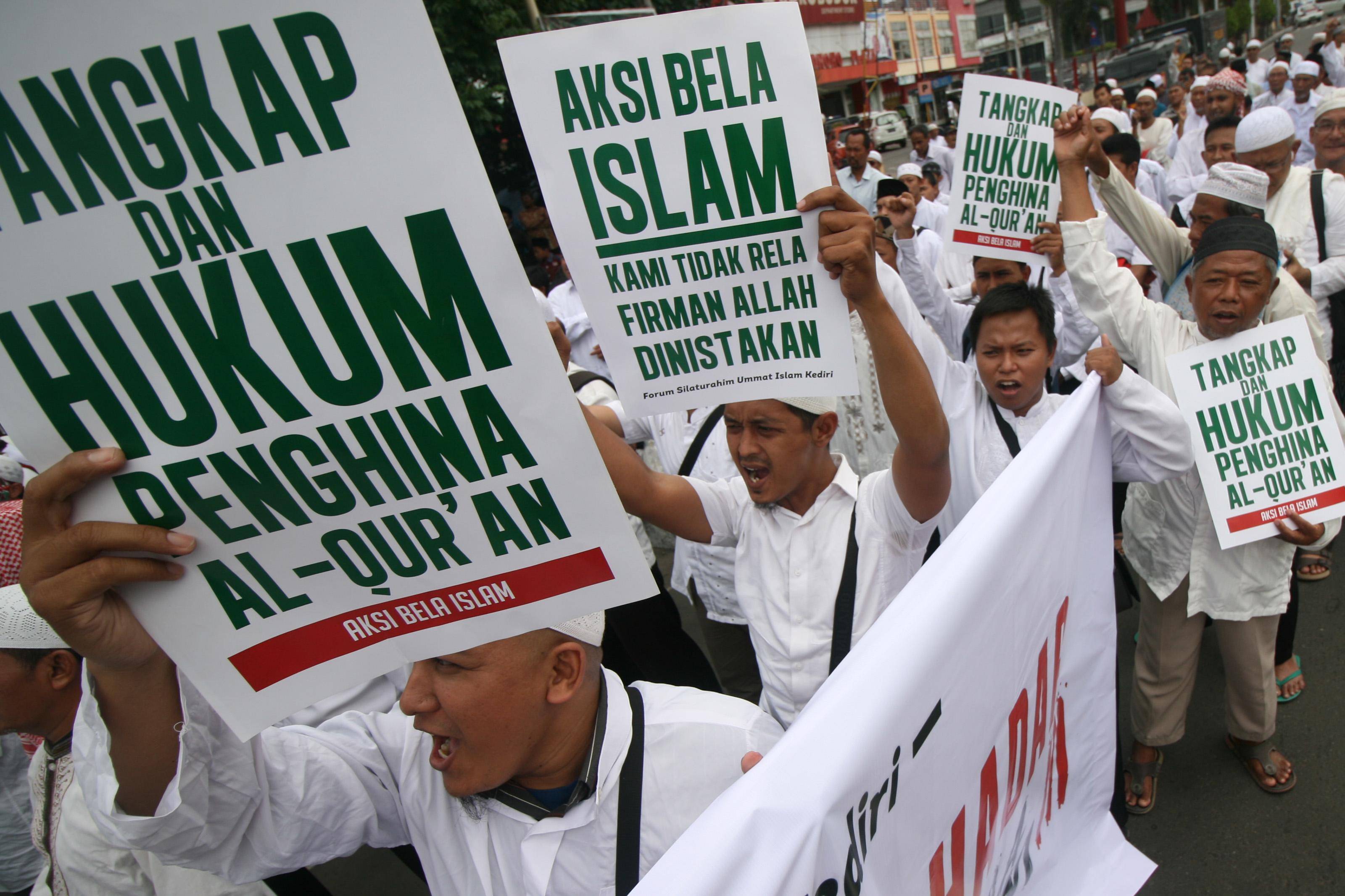 Warga menghadiri doa bersama untuk keselamatan bangsa di Alun-alun Kota Kediri, Jawa Timur, Jumat (2/12). Aksi bela Islam III yang dihadiri ratusan umat muslim se-Kediri Raya tersebut berlangsung tertib dan damai. ANTARA FOTO/Prasetia Fauzani/ama/16