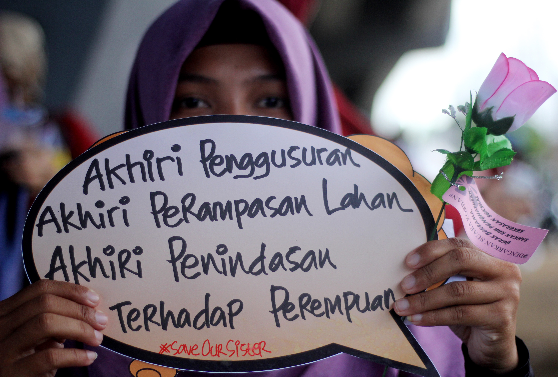 Seorang perempuan yang tergabung dalam Organisasi Pemerhati Perempuan Makassar menggelar aksi Gerakan Kampanye 16 Hari Anti Kekerasan Terhadap Perempuan di bawah Jembatan Layang Makassar, Sulawesi Selatan, Sabtu (10/12). Gerakan Kampanye 16 Hari Anti Kekerasan Terhadap Perempuan yang dimulai pada 25 November hingga 10 Desember tersebut merupakan gerakan kampanye internasional sebagai upaya untuk mencegah segala bentuk kekerasan terhadap perempuan dan juga dalam rangka memperingati hari HAM. ANTARA FOTO/Abriawan Abhe/kye/16