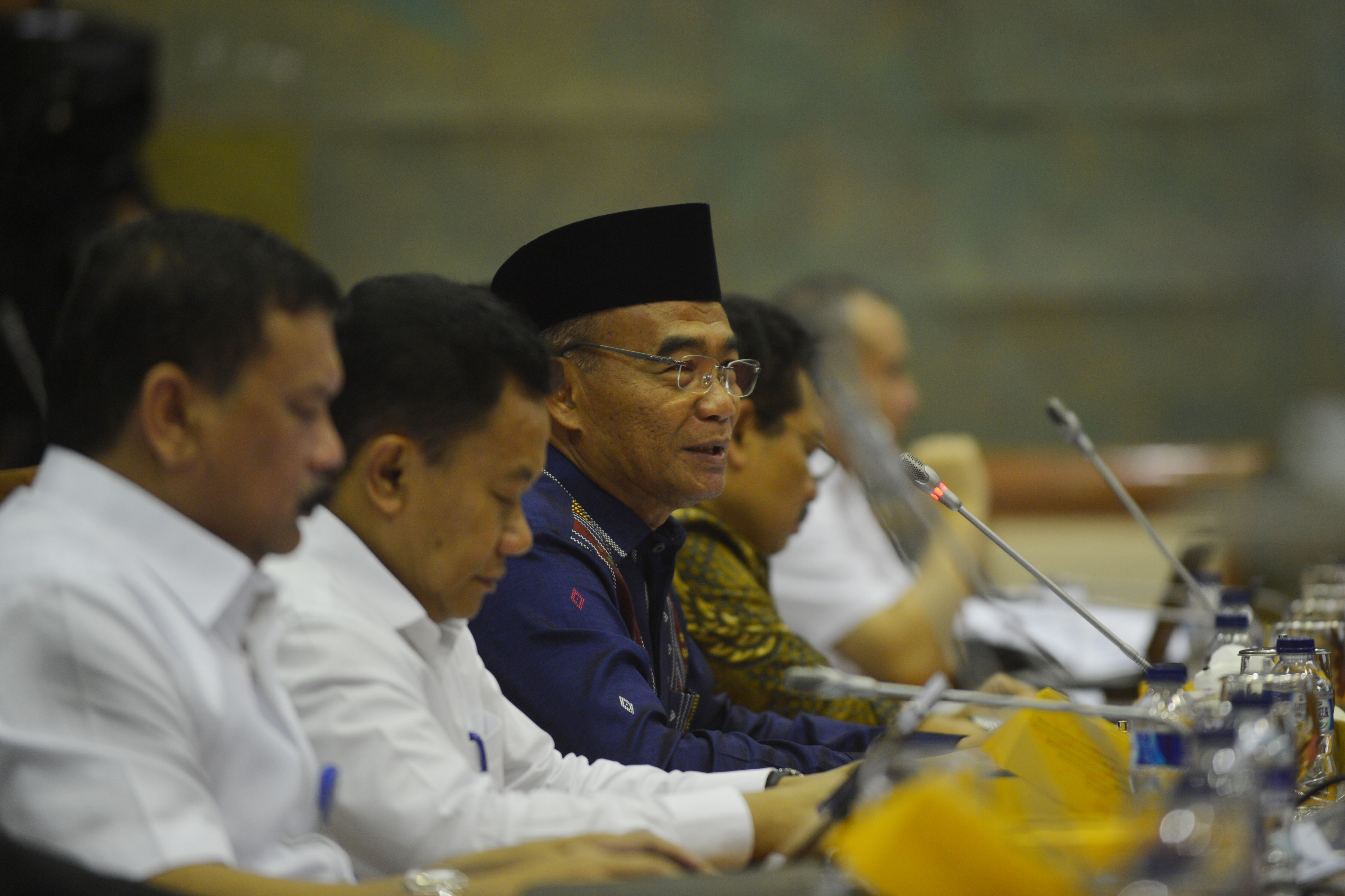 Mendikbud Muhadjir Effendy (tengah) menjawab pertanyaan saat rapat kerja dengan Komisi X DPR di Kompleks Parlemen, Senayan, Jakarta, Kamis (1/12). Rapat itu membahas moratorium ujian nasional oleh pemerintah. ANTARA FOTO/Akbar Nugroho Gumay/kye/16
