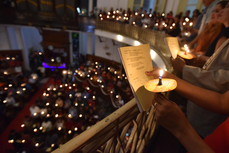 Umat Kristiani menyalakan lilin ketika mengikuti misa malam Natal di Gereja Immanuel, Jakarta, Sabtu (24/12). Perayaan Natal yang diikuti umat Kristiani itu mengangkat tema Memberdayakan sumber daya insani demi mensejahterakan persekutuan, pelayanan dan kesaksian (Yesaya 42: 6 & 7). ANTARA FOTO/Wahyu Putro A/ama/16