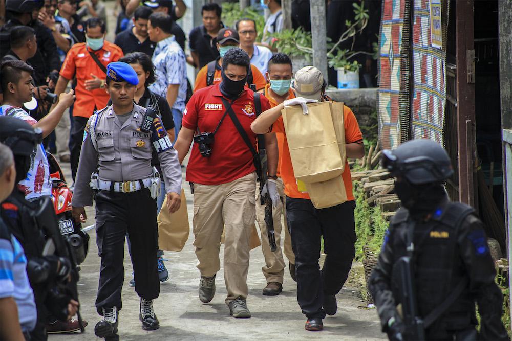 """Polisi membawa sejumlah barang bukti seusai melakukan penggeledahan rumah terduga kelompok jaringan teroris di Kampung Griyan, Pajang, Laweyan, Solo, Jawa Tengah, Minggu (11/12). Penggeledahan yang dilakukan tim Densus Anti-Teror 88 Mabes Polri tersebut merupakan pengembangan kasus penangkapan terduga anggota kelompok jaringan teroris dan penemuan bom dalam """"rice cooker"""" oleh polisi di Bekasi. ANTARA FOTO/Maulana Surya/aww/16."""