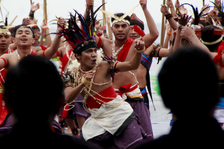 Sejumlah penari memperagakan tarian Indonesiaku dalam acara peringatan Hari Nusantara di Kabupaten Lembata, NTT Selasa (13/12). Peringatan Hari Nusantara 2016 di Lembata tersebut diharapkan mampu mendorong kesadaran berbangsa dan bernegara yang berbhinneka tunggal ika. ANTARA FOTO/Kornelis Kaha/pd/16.