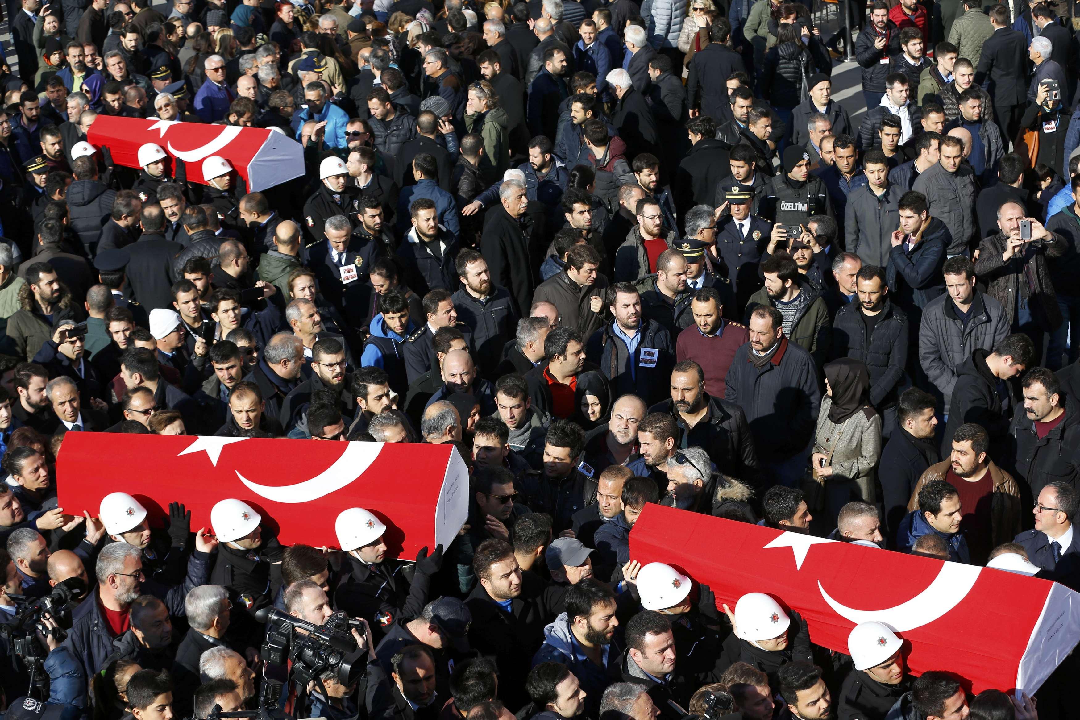 People carry the flag-draped coffins of police officers killed in Saturday's blasts in Istanbul, Turkey, December 11, 2016. REUTERS/Murad Sezer TPX IMAGES OF THE DAY *** Local Caption *** Warga membawa peti jenazah berselimutkan bendera nasional saat upacara pemakaman anggota polisi yang tewas dalam ledakan Sabtu malam di Istanbul, Turki, Minggu (11/12). ANTARA FOTO/REUTERS/Murad Sezer/djo/16