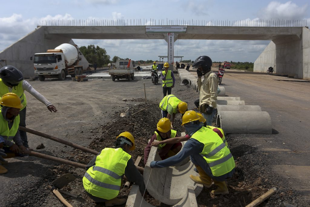 Sejumlah pekerja menggarap proyek pembangunan jalan tol Sumatra ruas Palembang-Indralaya (Palindra) Seksi I di Kecamatan Pemulutan, Kab Ogan Ilir (OI), Sumatra Selatan, Senin (21/11). Pembangunan jalan tol Palembang-Indralaya sepanjang 22 km ini baru mencapai 35,9 persen, dan pembebasan lahan telah mencapai 83,1 persen. Jalan tol ini ditargetkan dapat beroperasi pada Februari hingga Agustus 2017. ANTARA FOTO/Nova Wahyudi/kye/16