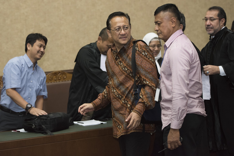 Mantan Ketua Dewan Perwakilan Daerah (DPD) Irman Gusman (ketiga kanan) menyapa jaksa penuntut umum usai sidang putusan sela di Pengadilan Tipikor, Jakarta, Selasa (29/11). Majelis hakim menolak keberatan yang diajukan Irman Gusman dan tim kuasa hukumnya. ANTARA FOTO/Rosa Panggabean/ama/16.