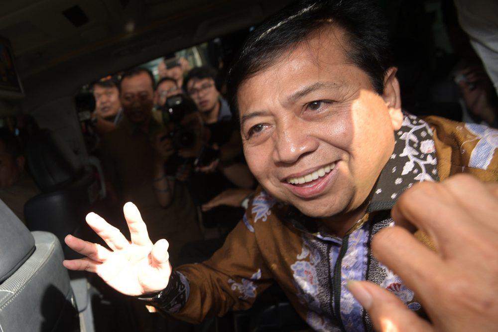 Ketua DPR Setya Novanto meninggalkan Gedung KPK usai diperiksa di Jakarta, Selasa (13/12). Setya Novanto diperiksa sebagai saksi kasus dugaan korupsi dalam proyek pengadaan KTP elektronik tahun 2011-2012 dengan tersangka mantan Direktur Pengelola Informasi Administrasi Kependudukan Ditjen Dukcapil Kemendagri Sugiharto. ANTARA FOTO/Sigid Kurniawan/aww/16.