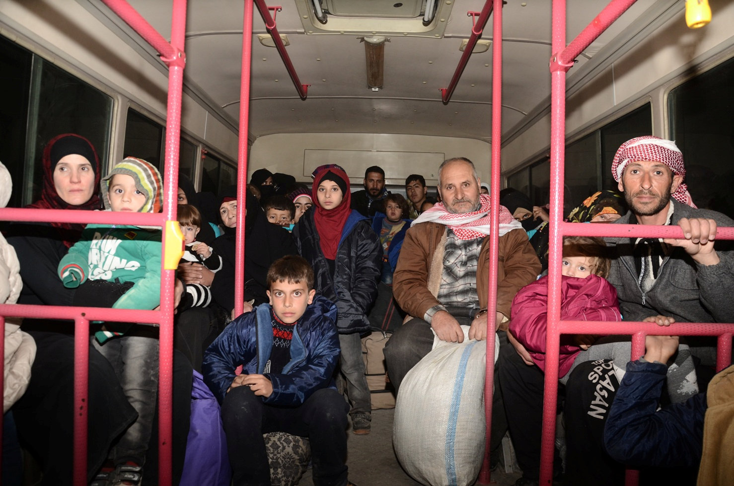 Syrians who evacuated the eastern districts of Aleppo ride a government bus in Aleppo, Syria in this handout picture provided by SANA on November 27, 2016. SANA/Handout via REUTERS ATTENTION EDITORS - THIS IMAGE WAS PROVIDED BY A THIRD PARTY. EDITORIAL USE ONLY. REUTERS IS UNABLE TO INDEPENDENTLY VERIFY THIS IMAGE. TPX IMAGES OF THE DAY *** Local Caption *** Warga Suriah yang dievakuasi dari timur distrik Aleppo menumpang bus pemerintah di Aleppo, Suriah, dalam foto yang disediakan oleh SANA, Minggu (27/11). ANTARA FOTO/SANA/Handout via REUTERS/cfo/16
