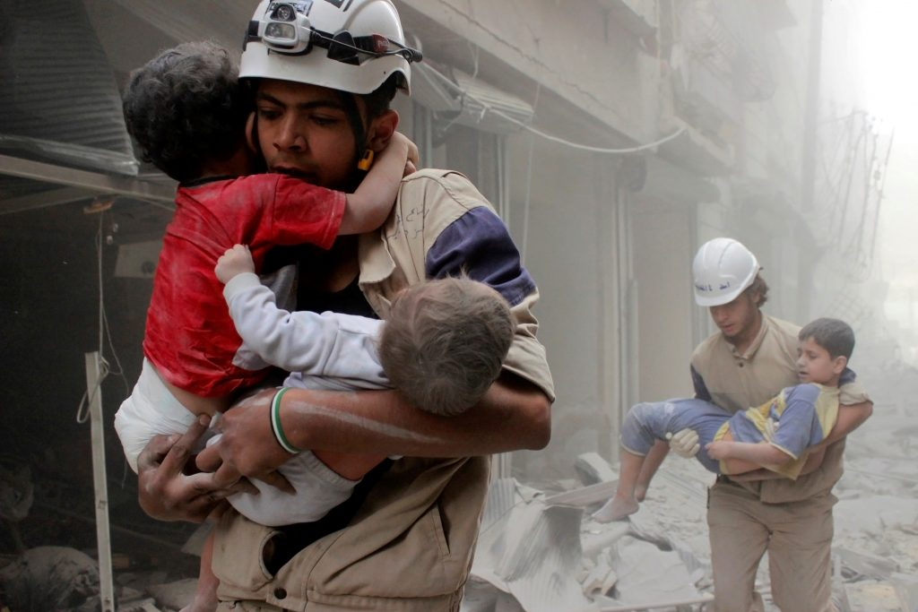 Members of the Civil Defence rescue children after what activists said was an air strike by forces loyal to Syria's President Bashar al-Assad in al-Shaar neighbourhood of Aleppo, Syria June 2, 2014. REUTERS/Sultan Kitaz/File Photo *** Local Caption *** Anggota Pertahanan Sipil menyelamatkan anak-anak setelah apa yang menurut aktivis adalah sebuah serangan udara oleh pasukan yang setia kepada Presiden Suriah Bashar al-Assad di wilayah al-Shaar Aleppo, Suriah, 2 Juni 2014. ANTARA FOTO/REUTERS/Sultan Kitaz/File Photo/cfo/16