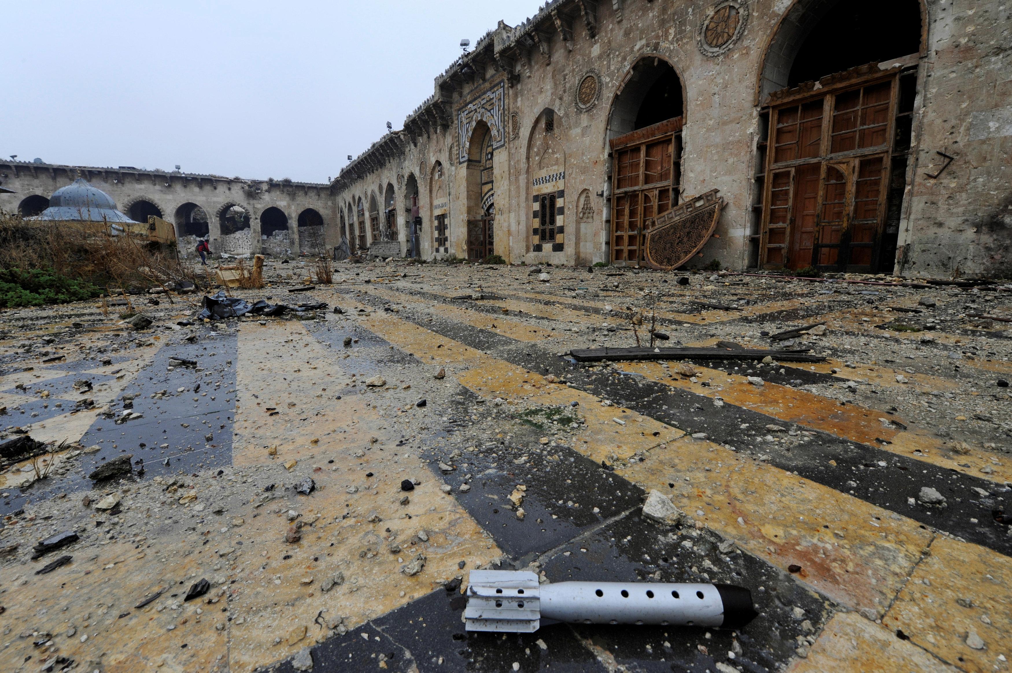 A general view shows the damage inside the Umayyad mosque, in the government-controlled area of Aleppo, during a media tour, Syria December 13, 2016. REUTERS/Omar Sanadiki *** Local Caption *** Pemandangan bagian dalam masjid Umayyad yang rusak, saat tur media di wilayah kekuasaan pemerintah di Aleppo, Suriah, Selasa (13/12). ANTARA FOTO/REUTERS/Omar Sanadiki/djo/16