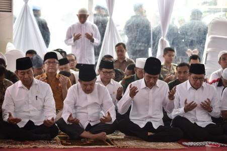 Presiden Joko Widodo (kedua kanan) didampingi Wakil Presiden Jusuf Kalla (kedua kiri), Menkopolhukam Wiranto (kiri) dan Menteri Agama Lukman Hakim Syaifuddin berdoa sebelum melaksanakan shalat Jumat di Silang Monas, Jakarta, Jumat (2/12). Presiden mengapresiasi ulama dan seluruh peserta Doa Bersama yang berlangsung dengan tertib dan lancar. ANTARA FOTO/Puspa Perwitasari/ama/16