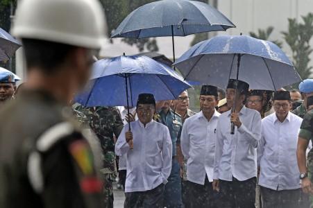 Presiden Joko Widodo (ketiga kanan) didampingi Wakil Presiden Jusuf Kalla (kiri), Menkopolhukam Wiranto dan Menteri Agama Lukman Hakim Syaifuddin (keempat kanan) berjalan menuju Lapangan Silang Monumen Nasional (Monas) untuk mengikuti shalat Jumat bersama di Jakarta, Jumat (2/12). Presiden mengapresiasi ulama dan seluruh peserta Doa Bersama yang berlangsung dengan tertib dan lancar. ANTARA FOTO/Puspa Perwitasari/ama/16