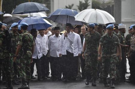 Presiden Joko Widodo (tengah) didampingi Wakil Presiden Jusuf Kalla (keempat kiri) dan Menkopolhukam Wiranto (keenam kiri) berjalan menuju Lapangan Silang Monumen Nasional (Monas) untuk mengikuti shalat Jumat bersama di Jakarta, Jumat (2/12). Presiden mengapresiasi ulama dan seluruh peserta Doa Bersama yang berlangsung dengan tertib dan lancar. ANTARA FOTO/Puspa Perwitasari/ama/16