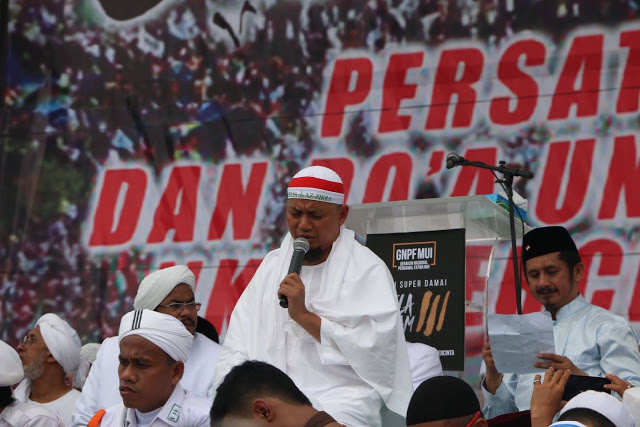 KH M Arifin Ilham memimpi doa dan dzikir dalam Aksi Bela Islam III di Monas Jakarta pada Jum'at (2/12/16) (Bela Qur'an-fb