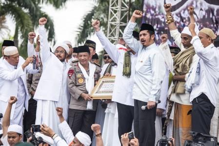 Kapolri Jenderal Pol Tito Karnavian (ketiga kiri) menerima kaligrafi dari ulama saat zikir dan berdoa bersama di kawasan silang Monas, Jakarta, Jumat (2/12). ANTARA FOTO/M Agung Rajasa/aww/16.