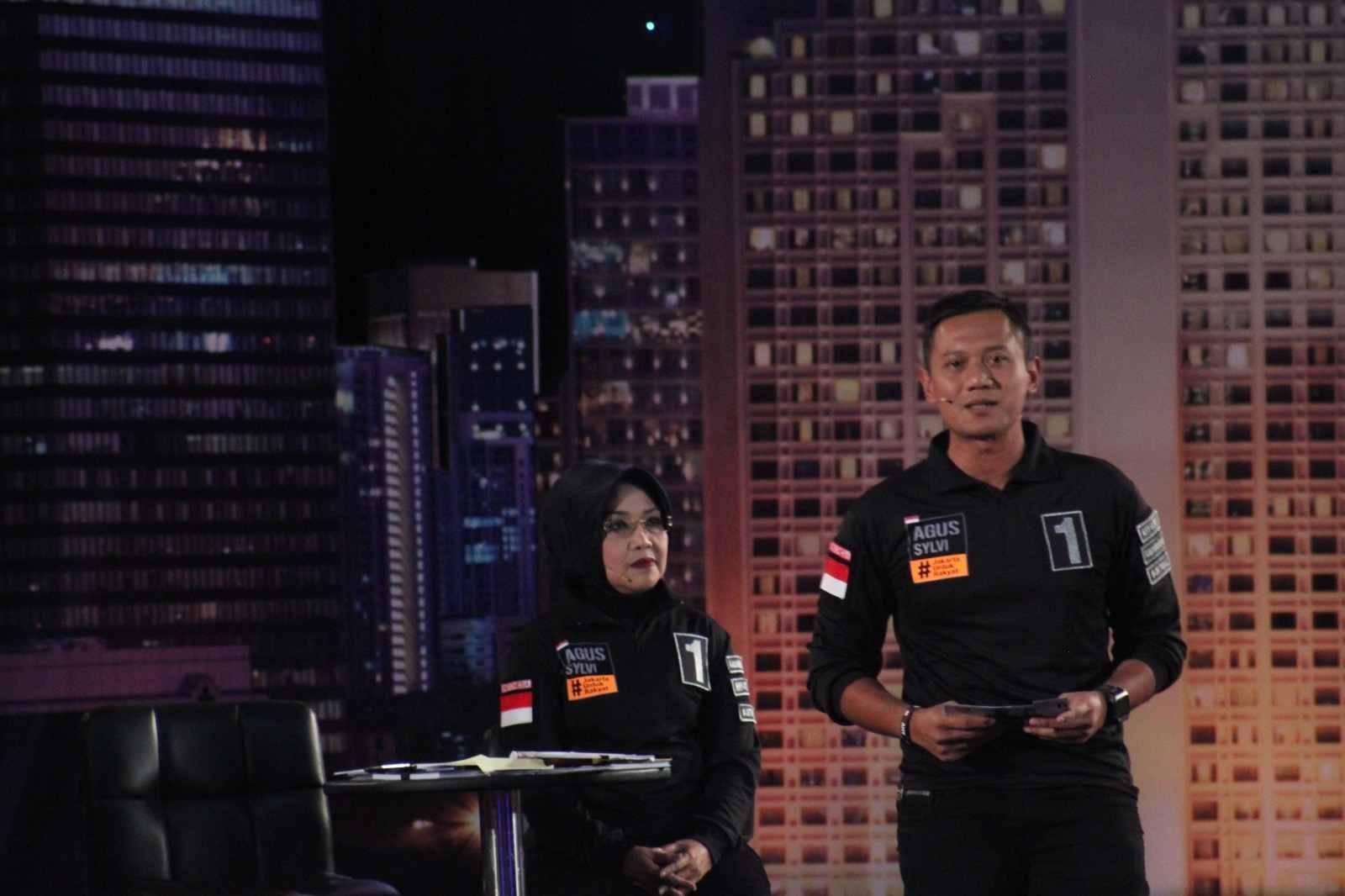 Pasangan Agus Harimurti-Sylviana Murni saat debat gubernur dan wakil gubernur DKI di Hotel Bidakara, Jakarta, Jumat (13/1). Foto oleh Diego Batara/Rappler.