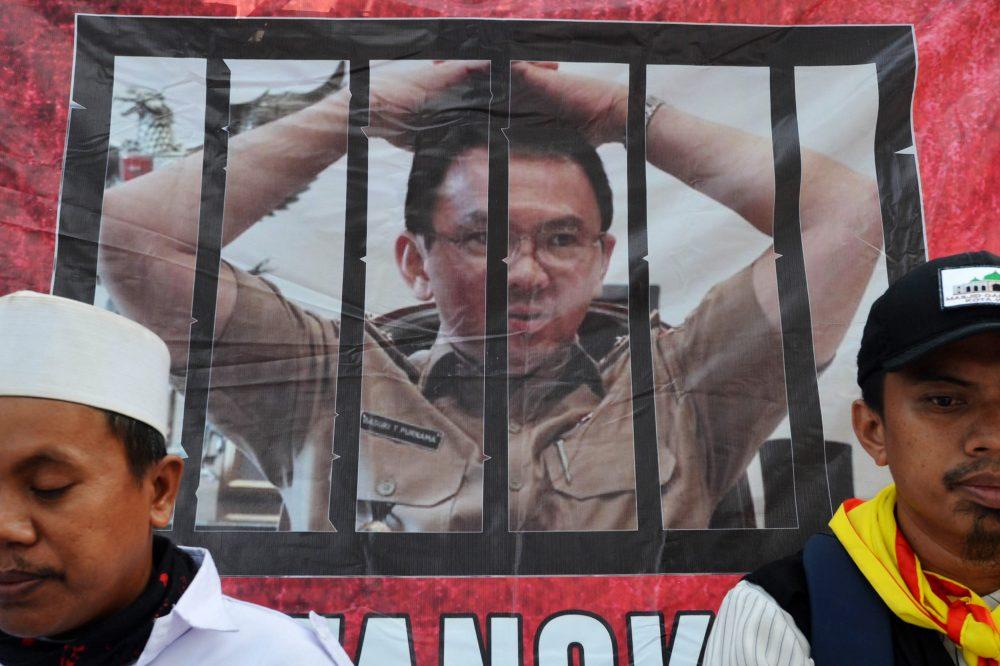 Massa melakukan aksi unjuk rasa di luar ruang persidangan kasus dugaan penistaan agama dengan terdakwa Gubernur nonaktif DKI Jakarta Basuki Tjahaja Purnama di depan Kementerian Pertanian, Jakarta, Selasa (3/1). Sidang lanjutan tersebut beragenda mendengarkan keterangan saksi-saksi. ANTARA FOTO/Akbar Nugroho Gumay/kye/17