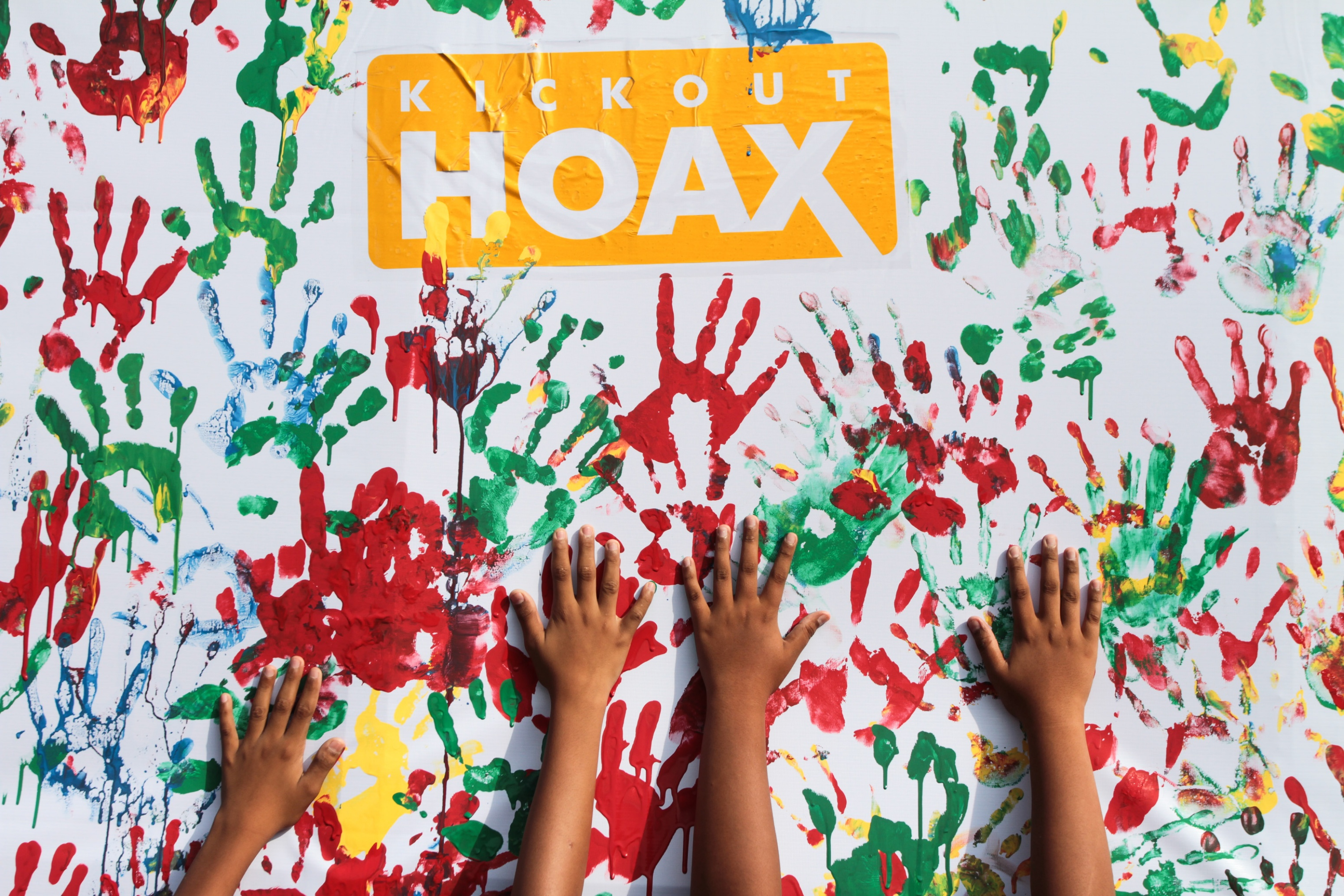"""Warga membubuhkan cap tangan saat aksi """"Kick Out Hoax"""" di Solo, Jawa Tengah, Minggu (8/1). Aksi tersebut sebagai bentuk sosialisasi kepada masyarakat perlunya menanggulangi penyebaran berita bohong (hoax), fitnah, hasutan, ucapan yang menimbulkan kebencian dan SARA yang belakangan ini marak di dunia maya. ANTARA FOTO/Mohammad Ayudha/tom/foc/17."""