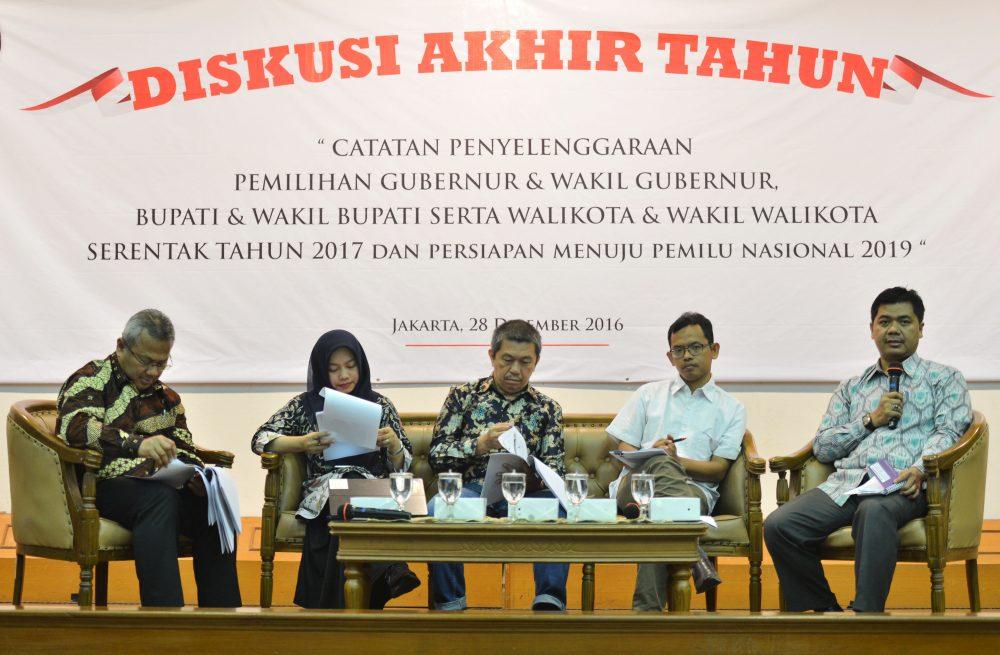Ketua KPU Juri Ardiantoro (kanan) didampingi anggota KPU Arief Budiman (kiri), Direktur Eksekutif Perludem Titi Anggraini (kedua kiri), Presidium KIPP Kaka Suminta (tengah) dan Deputi Koordinator JPPR Masykurudin Hafidz (kedua kanan) menyampaikan pandangannya dalam diskusi akhir tahun di Kantor KPU Pusat, Jakarta, Rabu (28/12). Diskusi itu membahas catatan penyelenggaraan pemilihan gubernur dan wakil gubernur, bupati dan wakil bupati serta walikota dan wakil walikota serentak tahun 2017 serta persiapan menuju pemilu nasional 2019. ANTARA FOTO/Akbar Nugroho Gumay/Spt/16