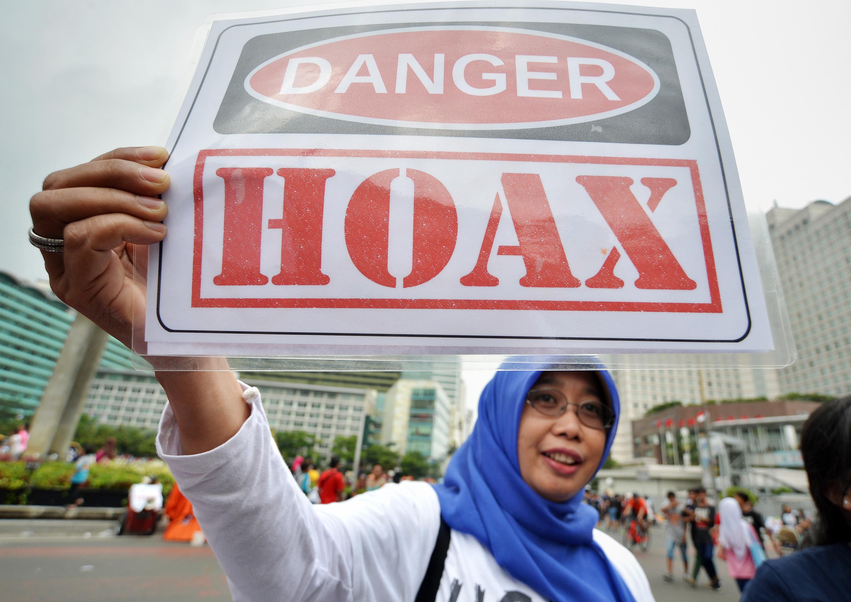 Aktivis yang tergabung dalam Masyarakat Anti Fitnah Indonesia (Mafindo) membentangkan poster yang berisi penolakan penyebaran berita bohong (hoax) di kawasan Bundaran HI, Jakarta, Minggu (22/1). Aksi tersebut digelar untuk memberikan pemahaman kepada masyarakat agar berhati-hati dan menyaring informasi yang tidak benar atau hoax. ANTARA FOTO/Yudhi Mahatma/pd/17