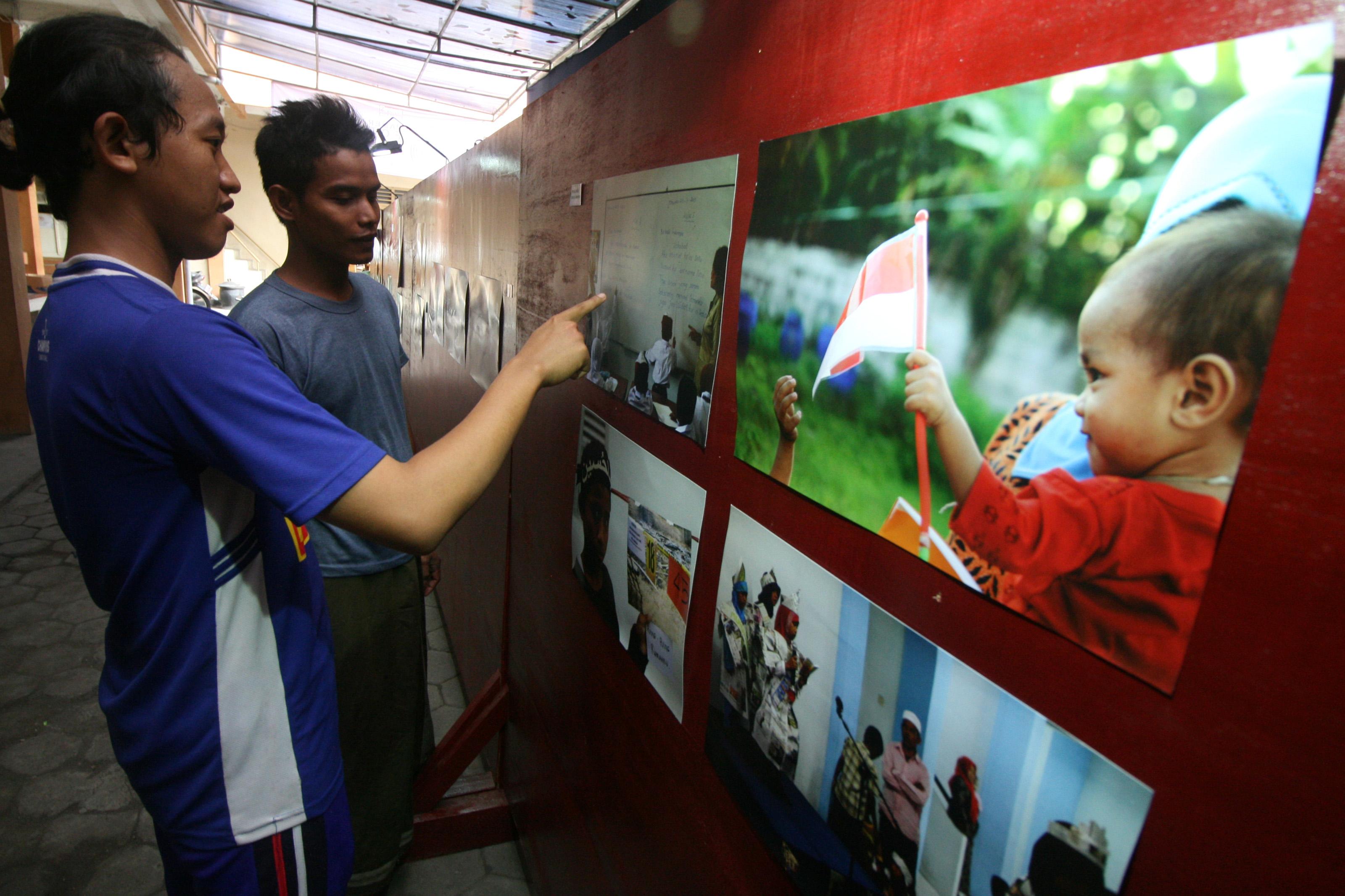 "Pengunjung mengamati pameran foto bertajuk ""Toleransi dan Keberagamaan"" di kampus Institut Agama Islam Tribakti, Kota Kediri, Jawa Timur, Jumat (30/12). Pameran yang diselenggarakan oleh Komisi Orang Hilang dan Korban Tidak Kekerasan (Kontras) bekerjasama dengan Rabithah Ma'ahid Islamiyah (Asosiasi pesantren Nahdlatul Ulama) tersebut guna mengkampanyekan toleransi kepada masyarakat luas agar menghormati perbedaan dan keberagamaan. ANTARA FOTO/Prasetia Fauzani/foc/16."
