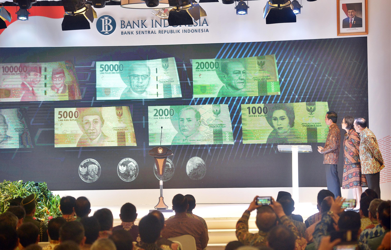Presiden Joko Widodo (kiri) bersama Gubernur Bank Indonesia (BI) Agus Martowardojo (kanan) serta Menkeu Sri Mulyani Indrawati (tengah) secara simbolis meluncurkan uang rupiah kertas dan logam tahun emisi 2016 di Gedung Bank Indonesia, Jakarta, Senin (19/12). Uang rupiah yang diluncurkan antara lain pecahan Rp100.000 (gambar utama Ir Soekarno dan Moh. Hatta), Rp50.000 (gambar utama Ir. H. Djuanda Kartawidjaya), Rp20.000 (gambar utama G.S.S.J Ratulangi), Rp10.000 (gambar utama Frans Kaisiepo), Rp5.000 (gambar utama K.H Idham Chalid), Rp 2.000 (gambar utama Mohammad Hoesni Thamrin) dan Rp1.000 (gambar utama Tjut Meutia), pecahan logam, mulai dari Rp 1.000 (gambar utama I Gusti Ketut Pudja), Rp500 (gambar utama Letjend TNI T.B Simatupang), Rp200 (gambar utama Tjiptomangunkusumo) dan Rp100 (gambar utama Herman Johannes). ANTARA FOTO/Yudhi Mahatma/aww/16.