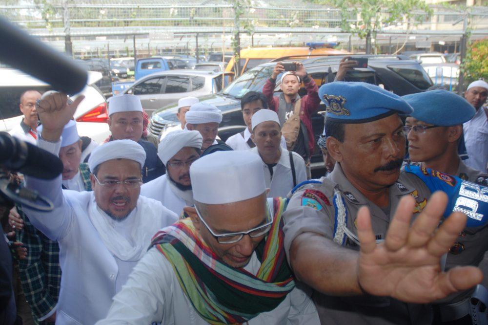 Imam Besar Front Pembela Islam (FPI) Habib Rizieq (kiri) mendatangi Mapolda Jabar untuk menjalani pemeriksaan, di Bandung, Jawa Barat, Kamis (12/7). Polda Jawa Barat memeriksa Habieb Rizieq yang dilaporkan Sukmawati Soekarnoputri terkait dugaan tindak penghinaan terhadap lambang negara Pancasila sebagaimana dimaksud dalam Pasal 154a jo Pasal 68 UU No 24 Tahun 2009 tentang bendera, bahasa dan lambang negara serta lagu kebangsaan. ANTARA FOTO/Fahrul Jayadiputra/aww/17.