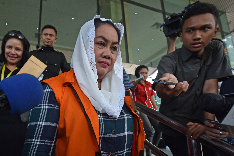 Bupati Klaten non aktif Sri Hartini meninggalkan Gedung KPK usai menjalani pemeriksaan di Jakarta, Rabu (18/1). KPK memperpanjang masa penahanan Sri Hartini yang tertangkap dalam operasi tangkap tangan (OTT) KPK untuk penyelesaian penyidikan kasus dugaan suap di jajaran Pemkab Klaten. ANTARA FOTO/Wahyu Putro A/pras/17.
