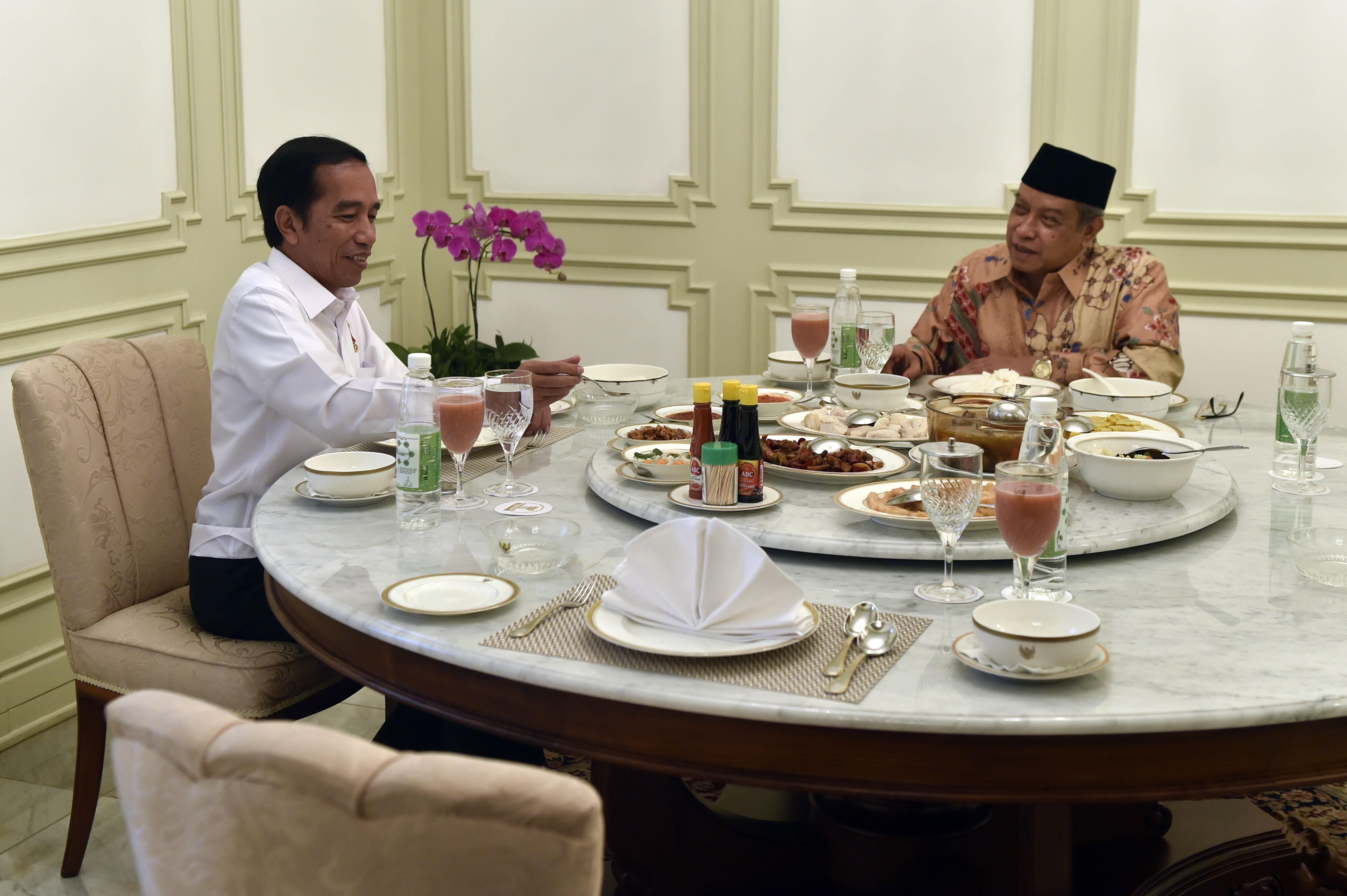 Presiden Joko WIdodo (kiri) makan siang bersama Ketua Umum PBNU Said Aqil Siradj di Istana Merdeka, Jakarta, Rabu (11/1). Pertemuan tersebut diantaranya membahas fenomena Islam radikal. ANTARA FOTO/Puspa Perwitasari/ama/17
