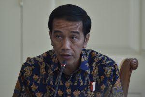 Presiden Joko Widodo memimpin rapat terbatas tentang Kebijakan Ekonomi Berkeadilan di Ruang Oval, Istana Kepresidenan Bogor, Jawa Barat, Selasa (31/1). Presiden menekankan bahwa pemerintah terus berupaya mewujudkan kemajuan kemakmuran dan kesejahteraan untuk bersama dengan semangat persatuan, gotong royong dan tanpa membedakan suku agama serta ras. ANTARA FOTO/Puspa Perwitasari/pd/17