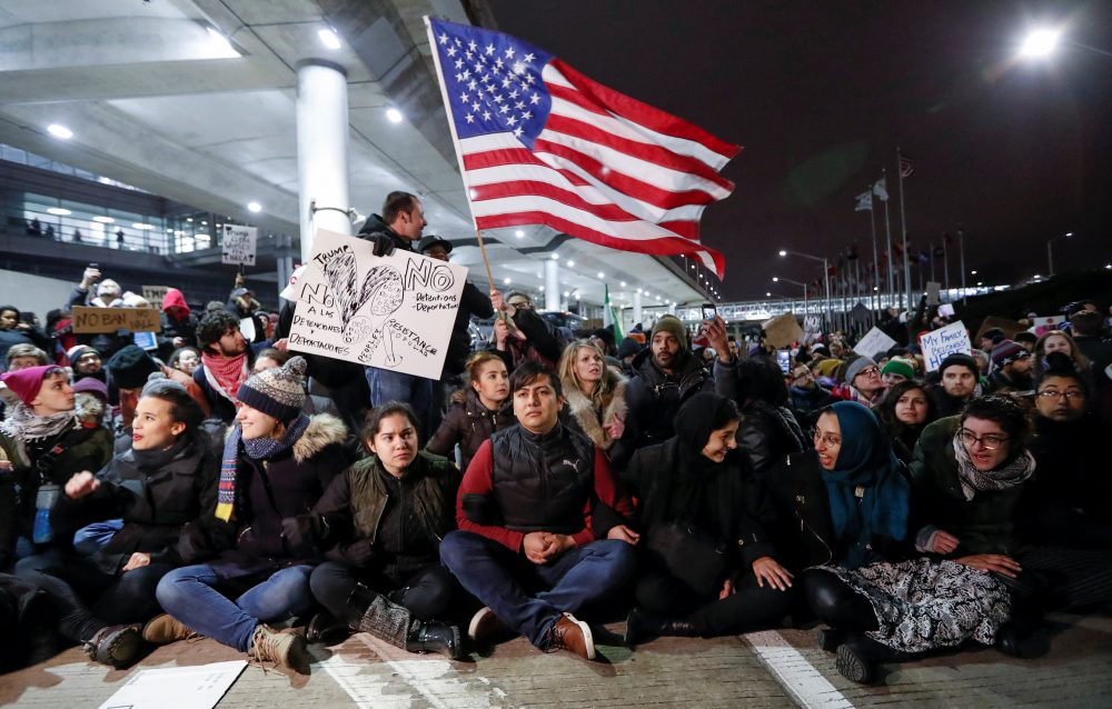 People gather to protest against the travel ban imposed by U.S. President Donald Trump's executive order, at O'Hare airport in Chicago, Illinois, U.S. January 28, 2017. REUTERS/Kamil Krzaczynski TPX IMAGES OF THE DAY *** Local Caption *** Warga berkumpul memprotes larangan perjalanan yang dikenakan oleh perintah eksekutif Presiden Amerika Serikat Donald Trump di bandara O'Hare di Chicago, Illinois, Amerika Serikat, Sabtu (28/1). ANTARA FOTO/REUTERS/Kamil Krzaczynski/cfo/17