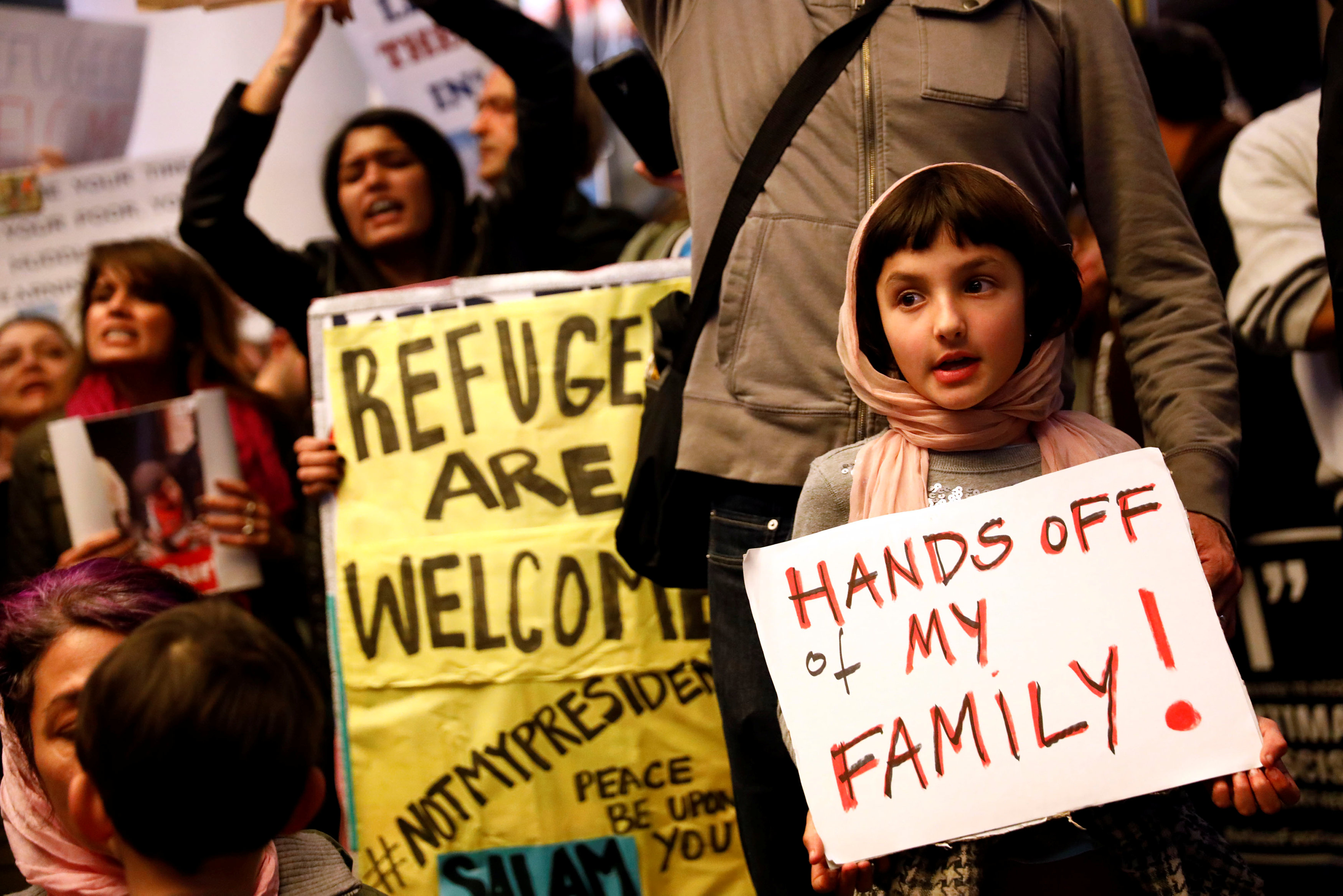 Rosalie Gurna, 9, holds a sign in support of Muslim family members as people protest against U.S. President Donald Trump's travel ban on Muslim majority countries, at the International terminal at Los Angeles International Airport (LAX) in Los Angeles, California, U.S., January 28, 2017. REUTERS/Patrick T. Fallon TPX IMAGES OF THE DAY *** Local Caption *** Rosalie Gurna, 9, memegang papan mendukung anggota keluarga Muslim saat warga memprotes larangan perjalanan Presiden Amerika Serikat Donald Trump kepada negara-negara mayoritas Muslim di terminal internasional di Bandara Internasional Los Angeles (LAX) di Los Angeles, California, Amerika Serikat, Sabtu (28/1). ANTARA FOTO/REUTERS/Patrick T. Fallon/cfo/17