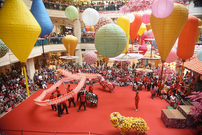 Atraksi barongsai menghibur ratusan pengunjung ketika perayaan Tahun Baru Imlek di salah satu pusat perbelanjaan di Jakarta, Kamis (19/2). Sejumlah pusat perbelanjaan menggelar berbagai atraksi budaya Tionghoa sebagai daya tarik bagi pengunjung dalam rangka perayaan tahun baru Imlek 2566. ANTARA FOTO/M Agung Rajasa/pd/15.
