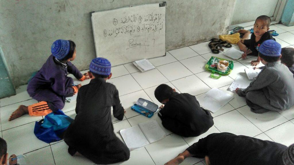 Anak-anak pengungsi Syiah Sampang belajar agama di Rusunawa. [Sumber: dokumentasi penulis]