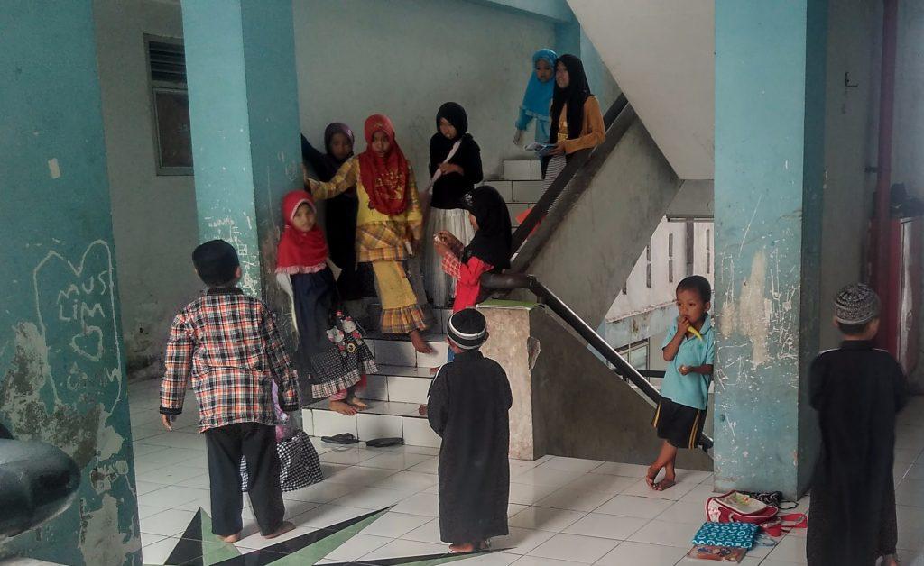 Anak-anak jemaat Syiah Sampang bermain usai mengaji. [Sumber: dokumentasi penulis]