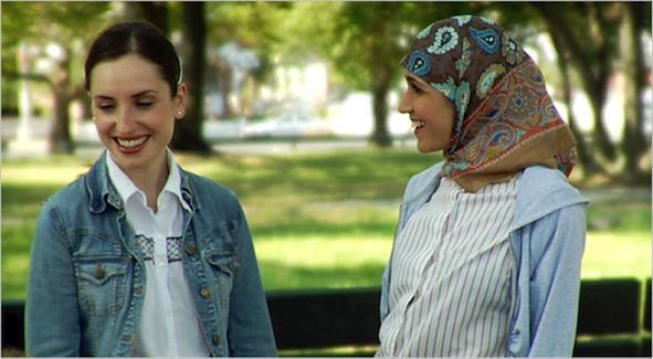 Rochel dan Nasira berbincang di taman sekolah dalam film Arranged (2007). [Sumber: www.rottentomatoes.com]